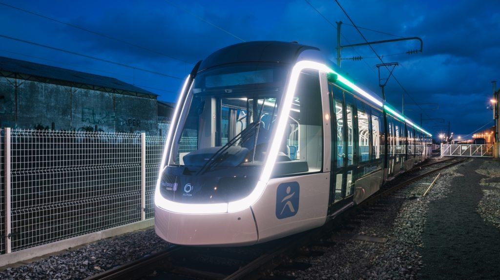 Tramvaj Citadis 405 pro linku T9 zaujme svým designem s výraznými světelnými pásy. (foto: Alstom)