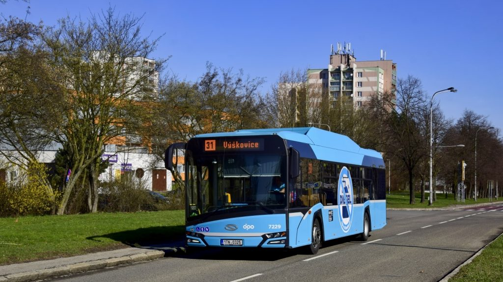 Autobus Solaris Urbino 12 CNG s nálepkou upozorňující na to, že plynový autobus nejezdí na diesel. (foto: Jan Bernat)