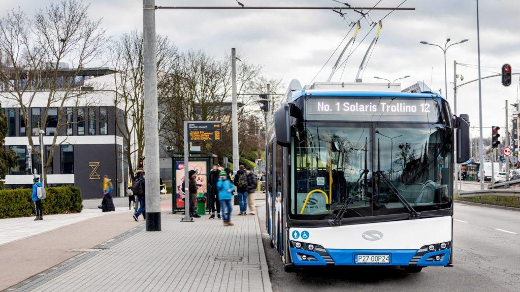 Supertrolejbus v polské Gdyni. Běžný cestující rozdíl nepozná. Tak už to ale u superhrdinů bývá. (foto: Solaris Bus & Coach)