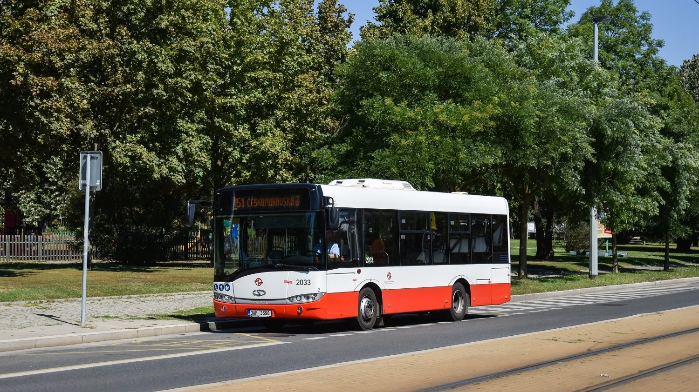 V zastávce Poliklinika Vysočany byl zachycen jeden z 40 vozů Urbino 8,9 LE pražského DP. Ani Solarisu se přitom nevyhýbaly konstrukční problémy. Část pražských vozů Urbino 8,9 LE musela být vrácena do výrobního závodu na opravy zlomů karoserie. (foto: Honza Tran)