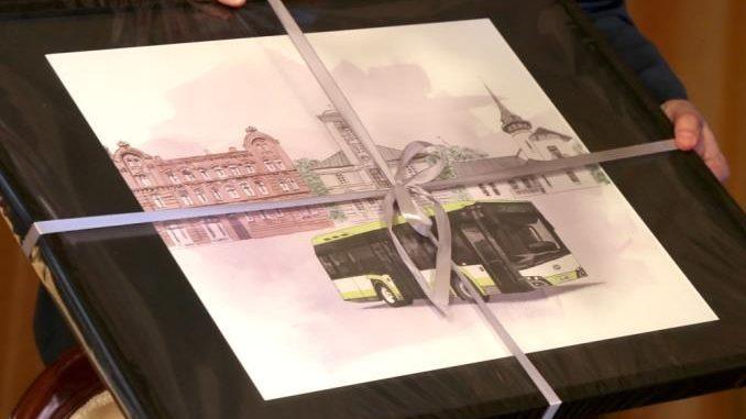 Obrázek na titulní straně slavnostně podepsané smlouvy odhaluje podobu nového provedení LE Urbino délkové kategorie cca. 9 m od Solarisu. (zdroj: Městský úřad Żyrardow)