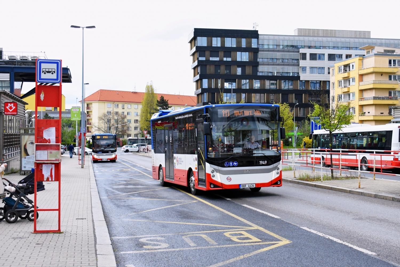 V první den provozu na svazku linek 117+203 se oba pražské vozy Neocity navzájem potkávaly na konečné Poliklinika Budějovická. (foto: Matěj Stach)