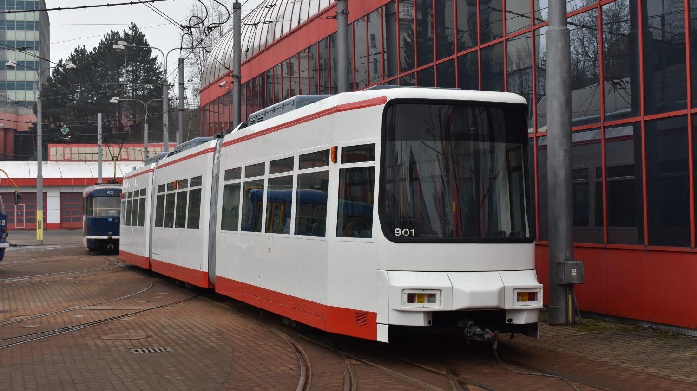 Tramvaj GT6M bude k vidění v Liberci jako statický exponát v areálu vozovny. Na snímku je první z tramvají po dokončení části modernizace, která se odehrává v Liberci. (foto: Libor Hinčica)