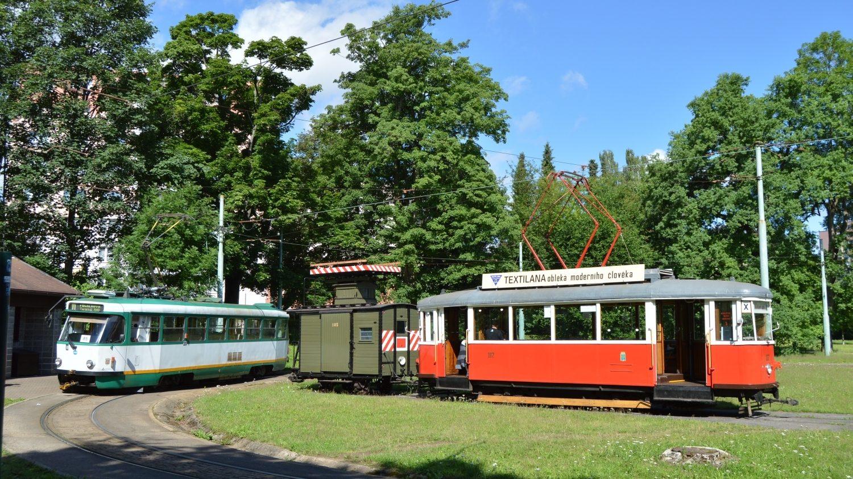 Motorový vůz 6MT č. 117 z roku 1953 s trolejovou věží č. 105 upravenou z nákladního vagónu G 105 z roku 1899. Oba vozy pocházejí z Jablonce nad Nisou, kde byly 6. července 2021 zachyceny s vozem T3R.PV č. 20. Zatímco vůz 6MT provoz na meziměstské trati v polovině 50. let zahajoval, trolejová věžka tuto trať pomáhala na přelomu 40. a 50. let stavět a v 70. letech i rekonstruovat. (foto: Zdeněk Mazánek)