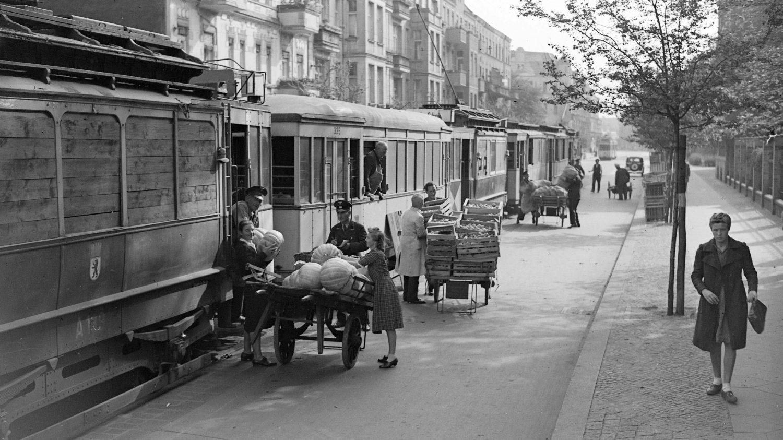 Za druhé světové války bylo využití nákladních tramvají v Berlíně nutností. Přepravovalo se prakticky vše, včetně základních potravin. (sbírka: archiv BVG)