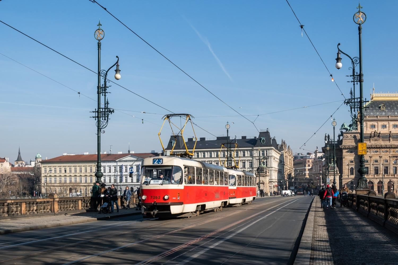 Původně se linka 23 měla do ulic hlavního města vrátit po ukončení vybraných oprav tramvajových tratí. Mezi nimi např. i té, jež od 15. 7. do 20. 8. probíhá mezi Újezdem, Národním divadlem a Lazarskou.  Přímo z toho úseku, konkrétně z mostu Legií, pak pochází i fotografie T3SUCS ev. č. 7262 pořízená v únoru 2019. (foto: Honza Tran)