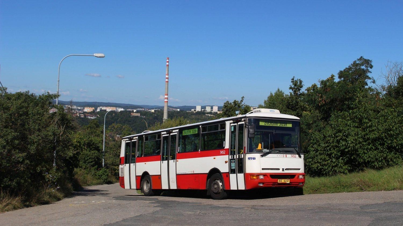 Autobusy Karosa B 931(E) sloužily v Brně 22 let. Posledním dnech jejich provozu byl 30. červen 2021. Na snímku vůz B 931E ev. č. 7452 na Hádech. (foto: Lukáš Novotný)