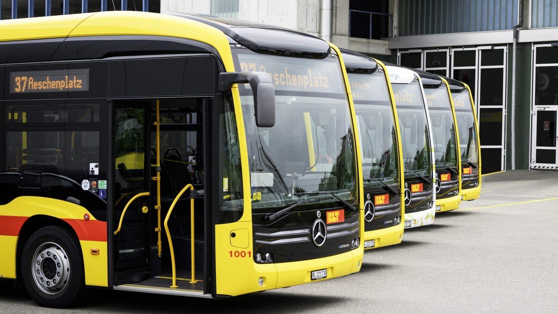 V Basileji do provozu slavnostně zařadili prvních 5 vozů eCitaro. Ty si dopravce objednal už v roce 2019 a původně měly do provozu vyjet už v prosinci 2020. (foto: Daimler Buses)