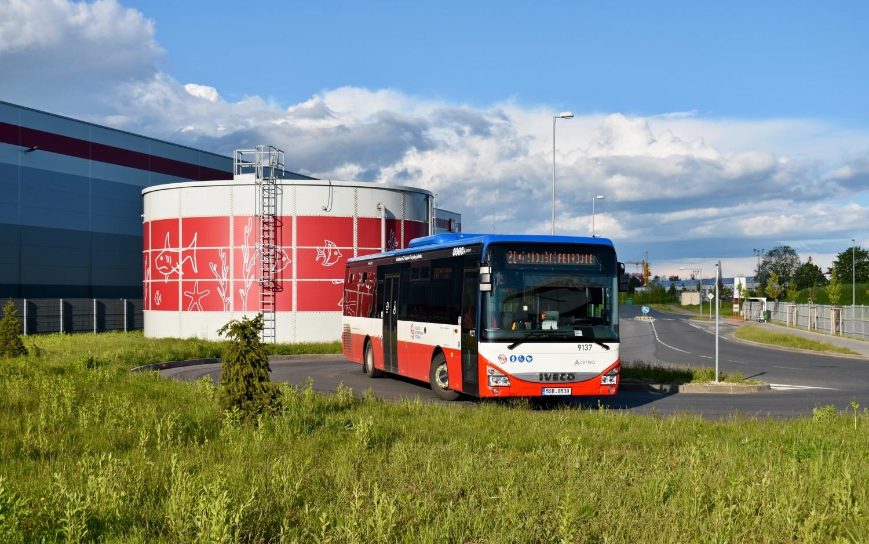 Autobusy Iveco Crossway LE LINE 12M se za poslední roky staly nosným pilířem příměstských linek PID. A velmi tomu pomohla i pražská Arriva City, jež ani jiné standardní příměstské LE autobusy od roku 2014 nenakupuje. Na snímku z 25. května 2021 se nám u zastávky Logistická zóna Horní Počernice představuje vůz ev. č. 9137 z loňské dodávky, který na jeden den vyměnil své obvyklé linky 326 a 327 za linku 204. (foto: Matěj Stach)