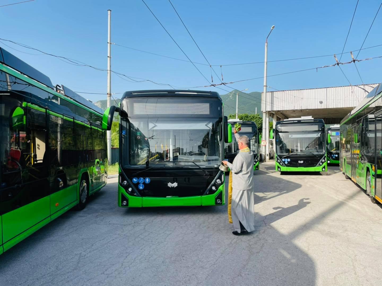 Trolejbusům se dostalo požehnání. (foto: radnice města Vracy)