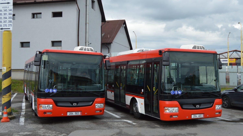 Dvojice nově dodaných autobusů SOR NB 12 CITY v areálu vozovny DPmP. (foto: DPmP)