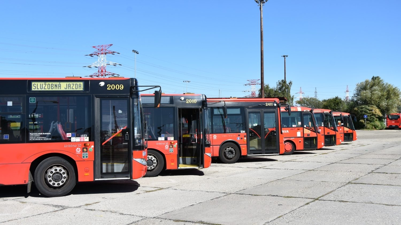 Bratislavský DP disponuje pestrým vozovým parkem autobusů. Ve flotile však nejvíce dominují vozy značky SOR. (foto: Libor Hinčica)