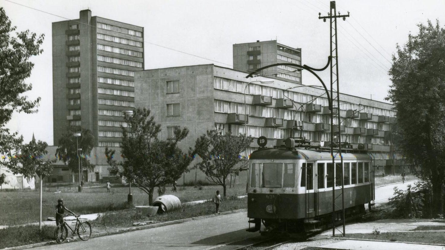 Známá fotografie s motorovým vozem ev. č. 434 z vagónky Česká Lípa (r. v. 1954) v nové zástavbě v Bohumíně. (sbírka: Jindřich Sulek)