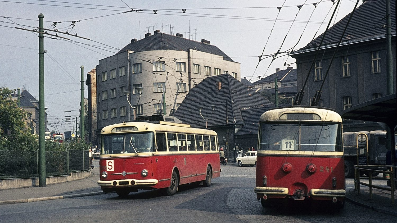 Dvojice plzeňských trolejbusů Škoda 9 Tr na snímku z 14. 9. 1972. (foto: Michael Russell)