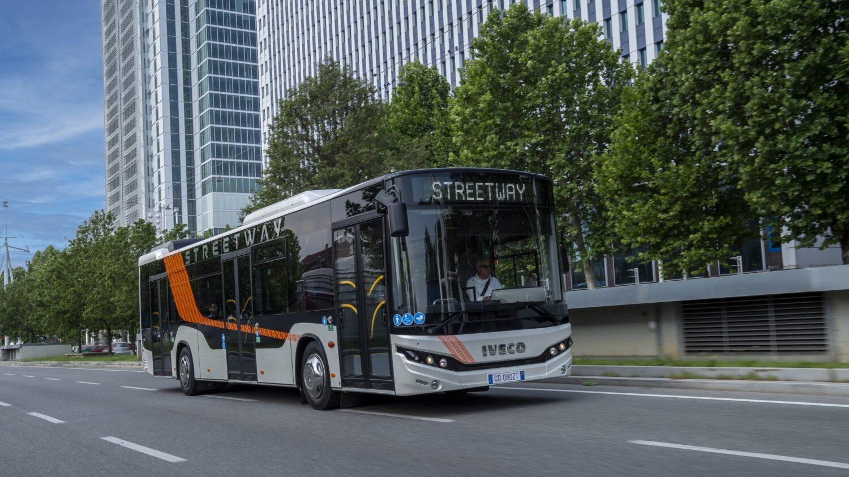 Prezentační Iveco Streetway zaujalo svým designem, ale jak je při bližším pohledu zřejmé, je celá vlnka bočnice jen hrou s barvičkami. Hlavní – a vlastně jediná skutečná – designová změna se odehrála na obou čelech, kde došlo k úpravám masek a užití odlišných světel. (foto: Iveco Bus)